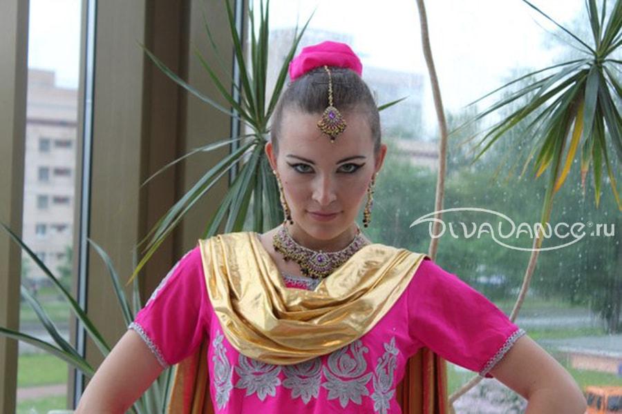 Девушка в шелковом платке танцует стриптиз