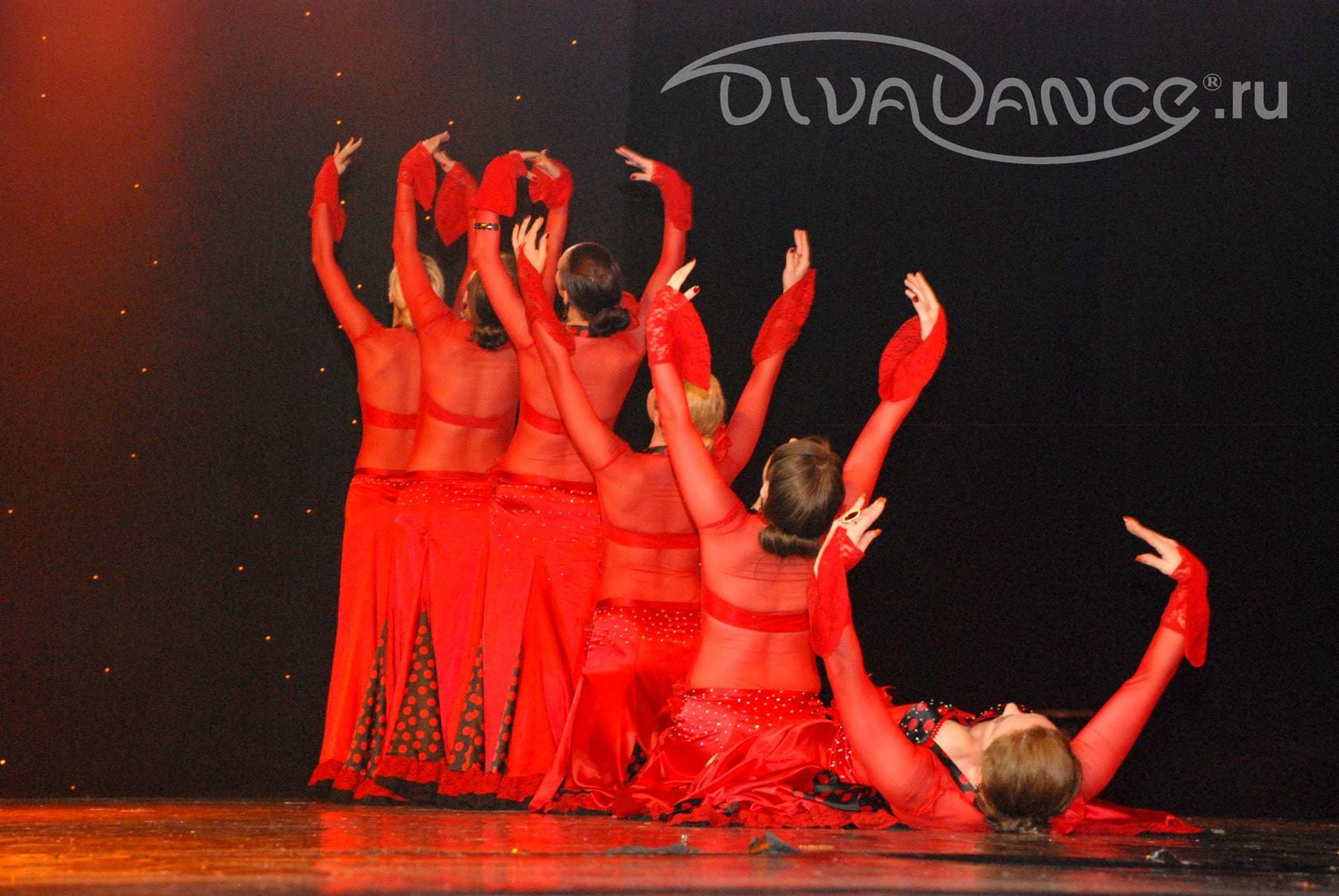 e698ffa00b1 Для костюмов танца живота красный цвет не типичен. Поэтому чаще  используется в необычных и современных нарядах.